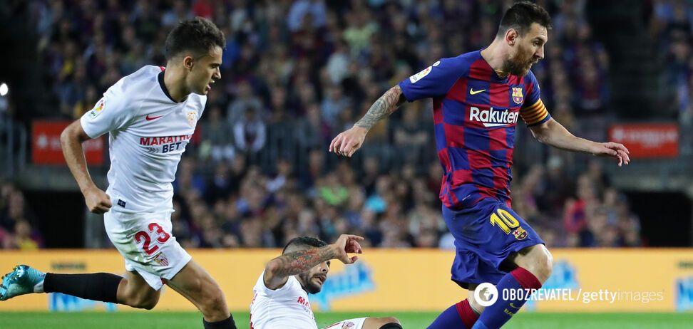Ліонель Мессі проти гравців 'Севільї' в матчі першого кола чемпіонату Іспанії