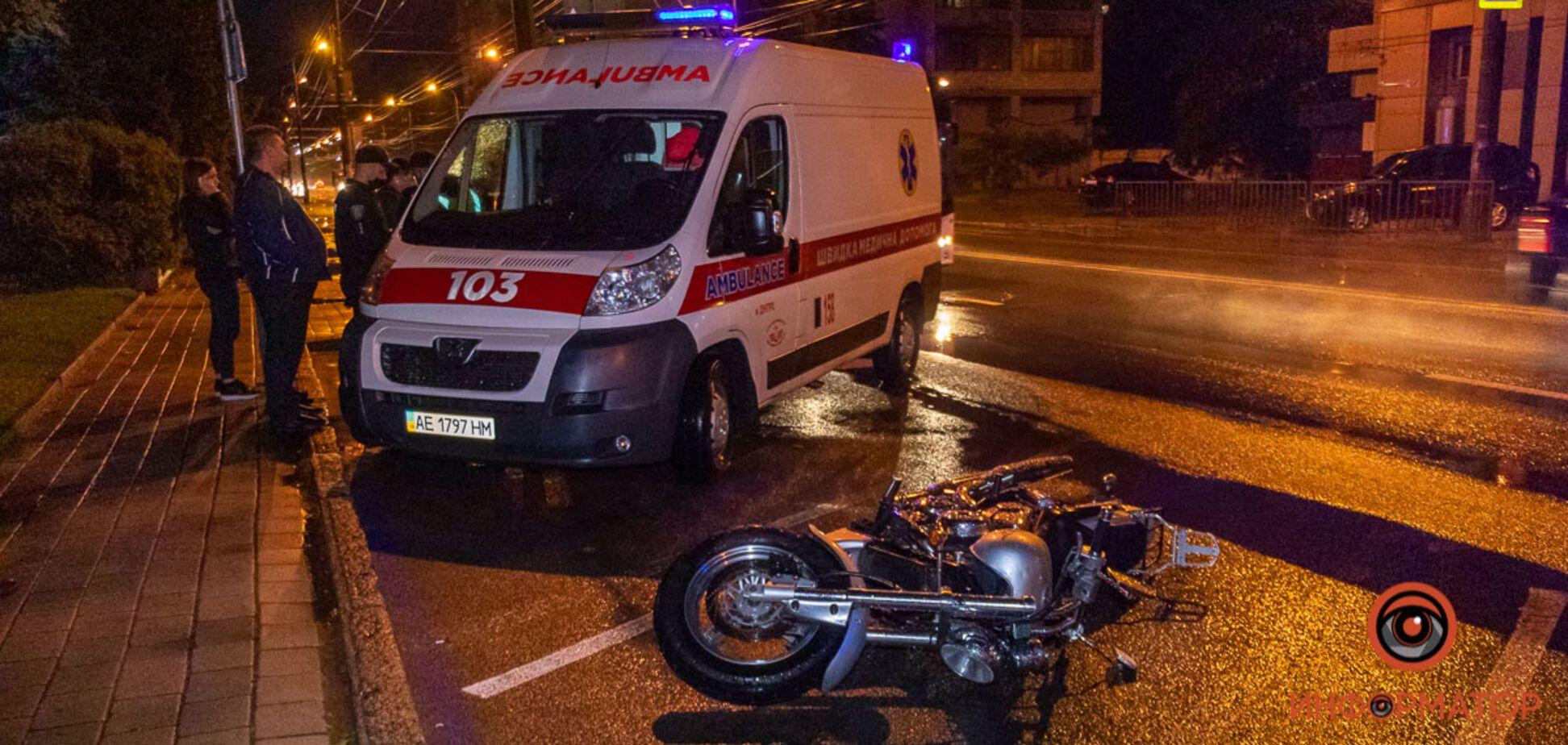В Днепре на Набережной мотоциклист сбил молодых девушек. Фото с места аварии
