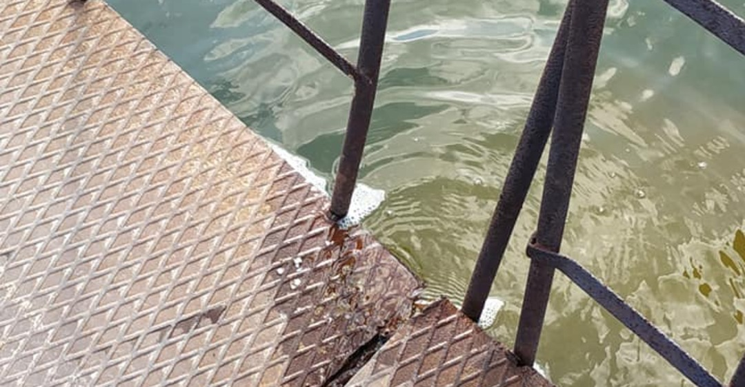 В Днепре под воду уходит мост. Фото