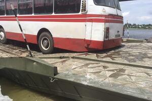 На Днепропетровщине 'сломалась' понтонная переправа на месте рухнувшего моста. Фото и видео