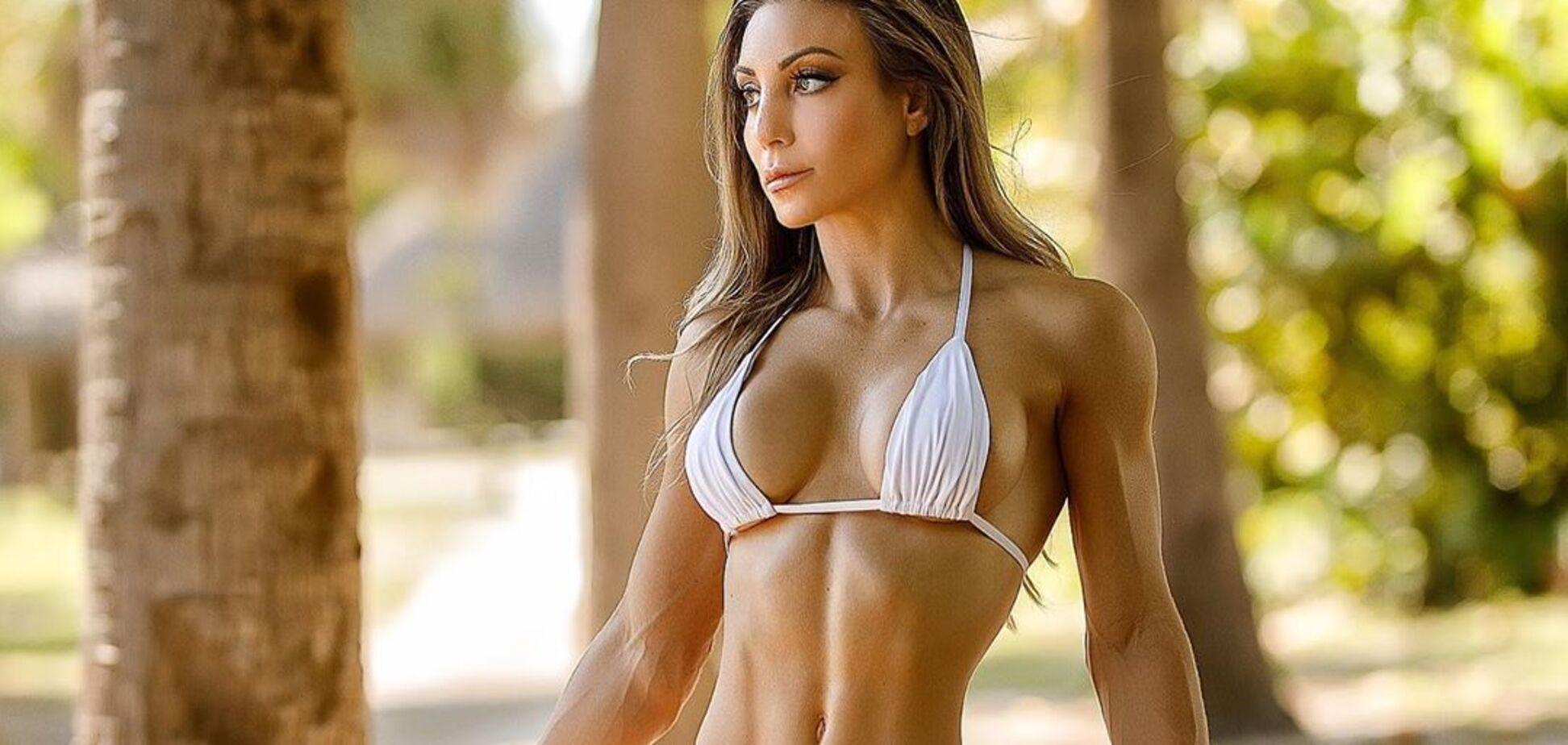 Популярная фитнес-модель снялась в тренажерном зале полностью обнаженной