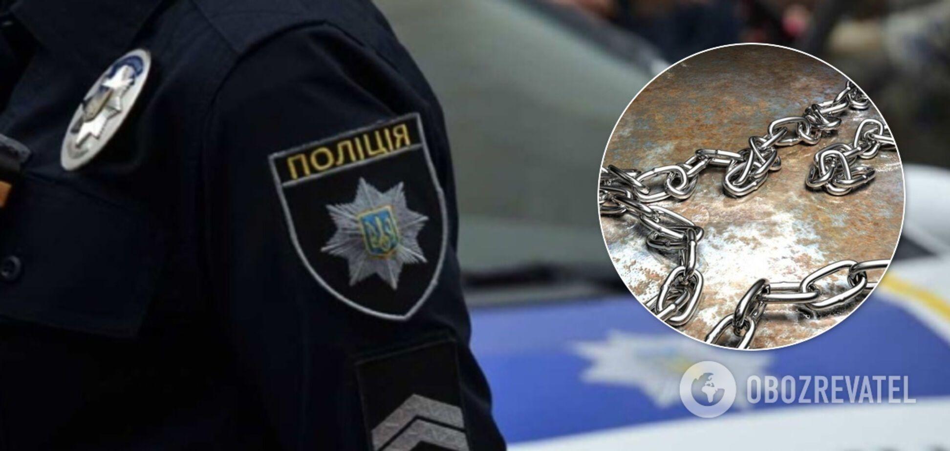 На Луганщині мати посадила свою доньку на ланцюг для 'перевиховання'. Фото знущань