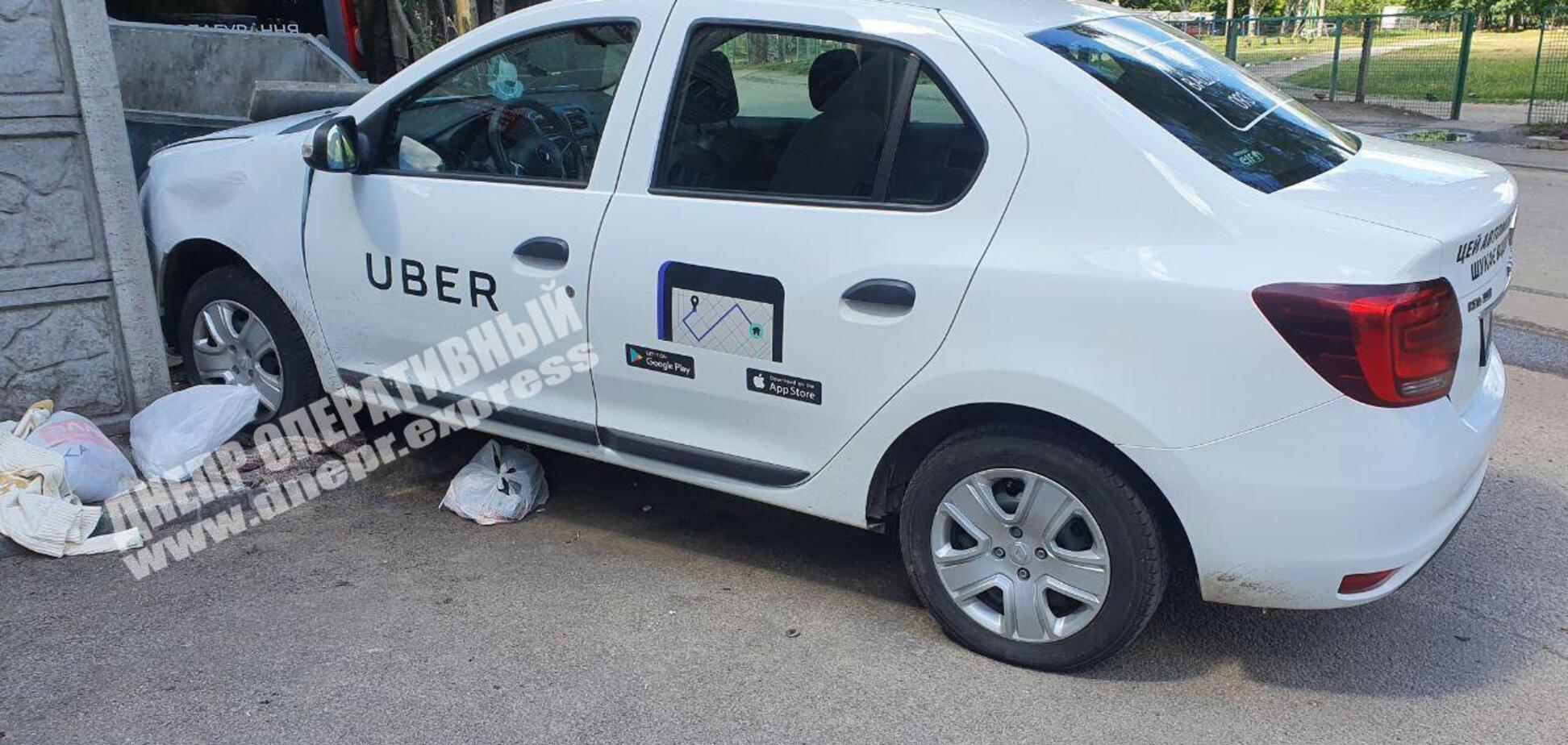 В Днепре таксист без сознания влетел в забор. Пострадала беременная женщина. Фото