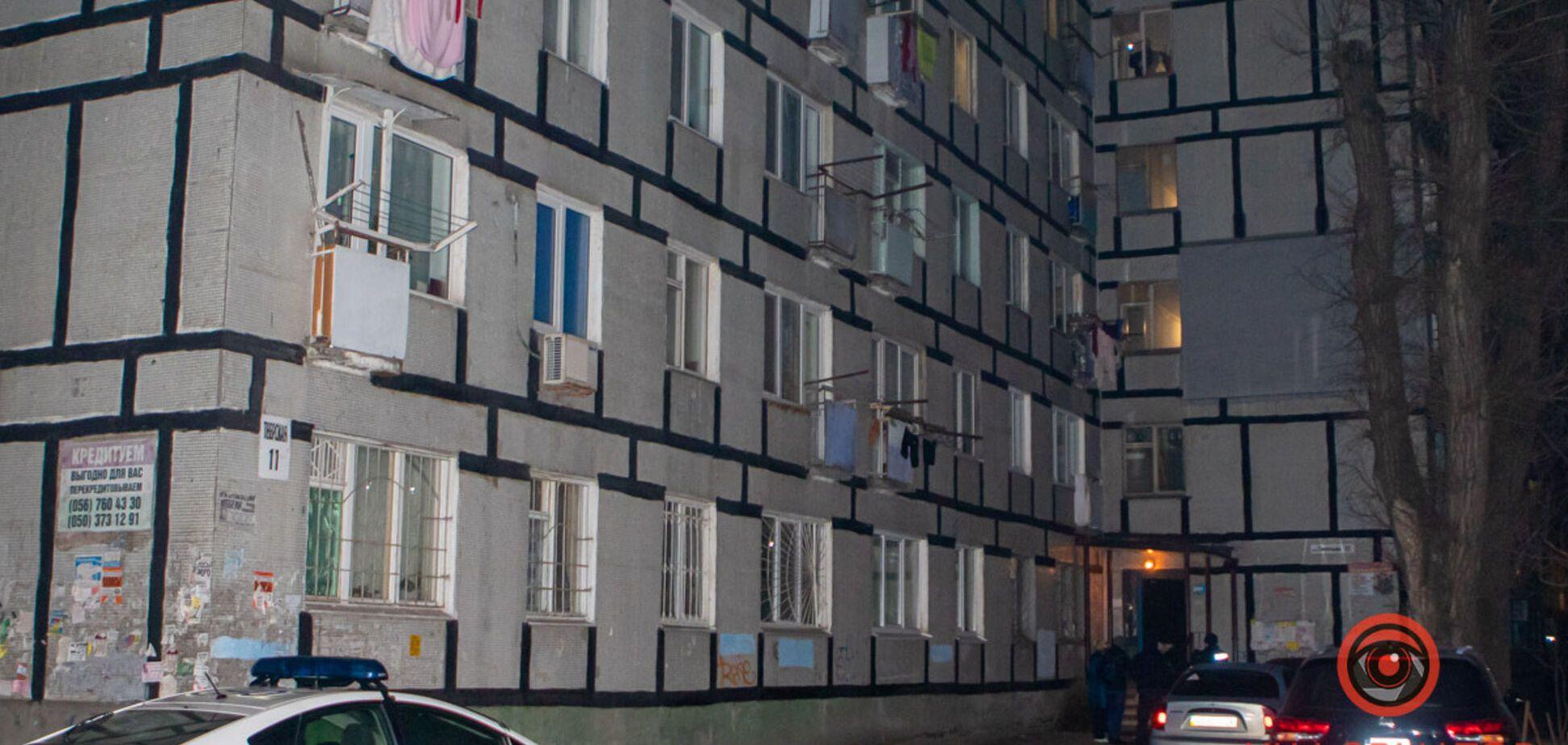 В Днепре мужчина выпал из окна: прохожий стал свидетелем трагедии