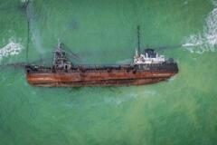 Из затонувшего танкера Delfi пролилось топливо