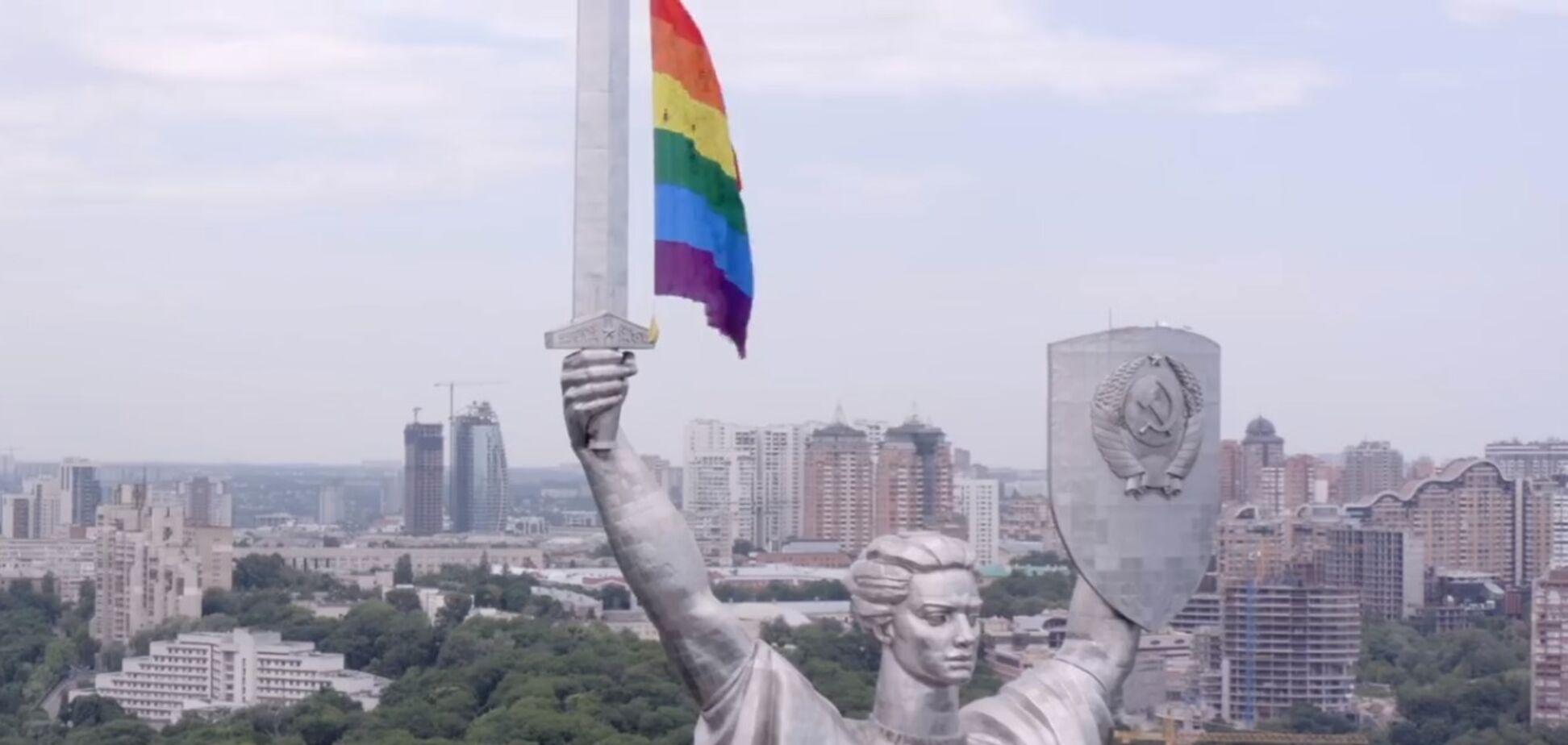 Флаг ЛГБТ вывесили на Родину-Мать в Киеве
