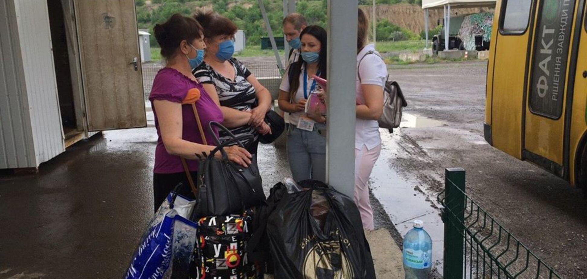 Террористы не пропустили через КПВВ пенсионеров с костылями (источник: Facebook Дмитрия Дурнева)