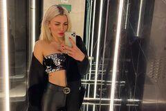 Ольга Янчук позує перед дзеркалом