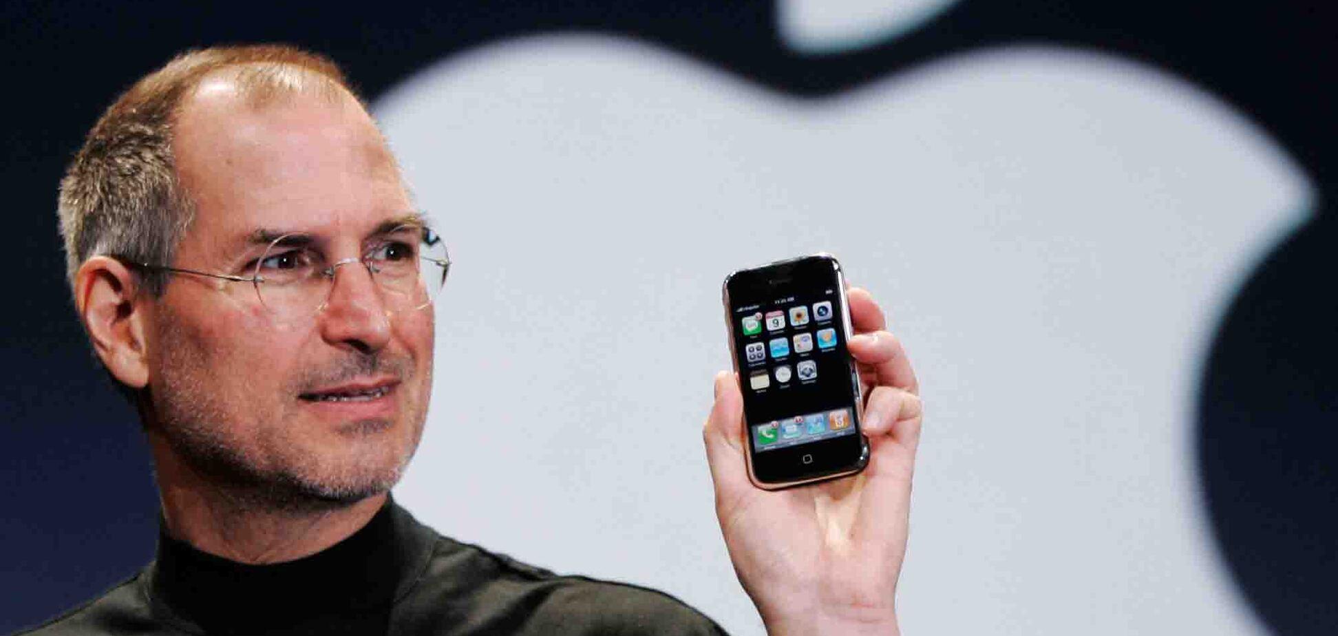 Перший iPhone 2007 року представив Стів Джобс