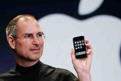 Первый iPhone в 2007 году представил Стив Джобс