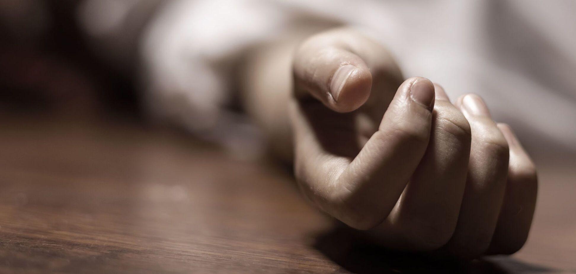 Сидел, опершись на столб: в Днепре обнаружили труп мужчины. Фото 18+
