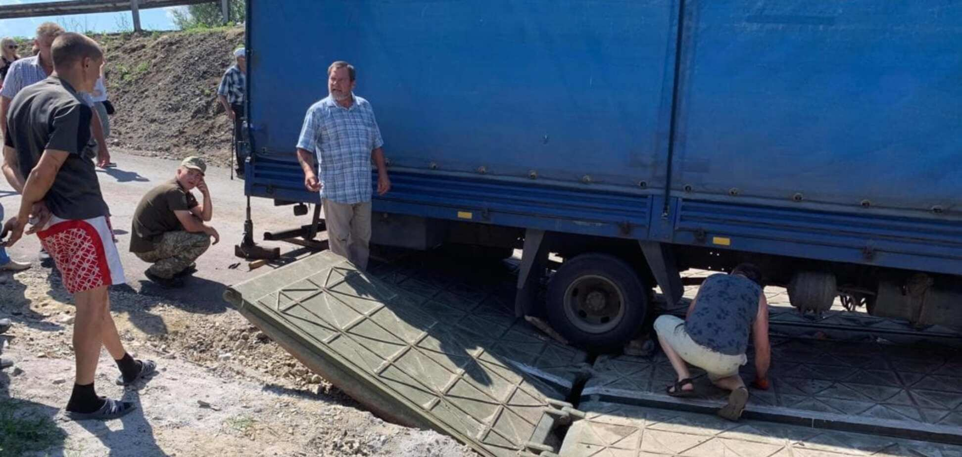 Новий понтонний міст під Дніпром зламався вдруге за тиждень