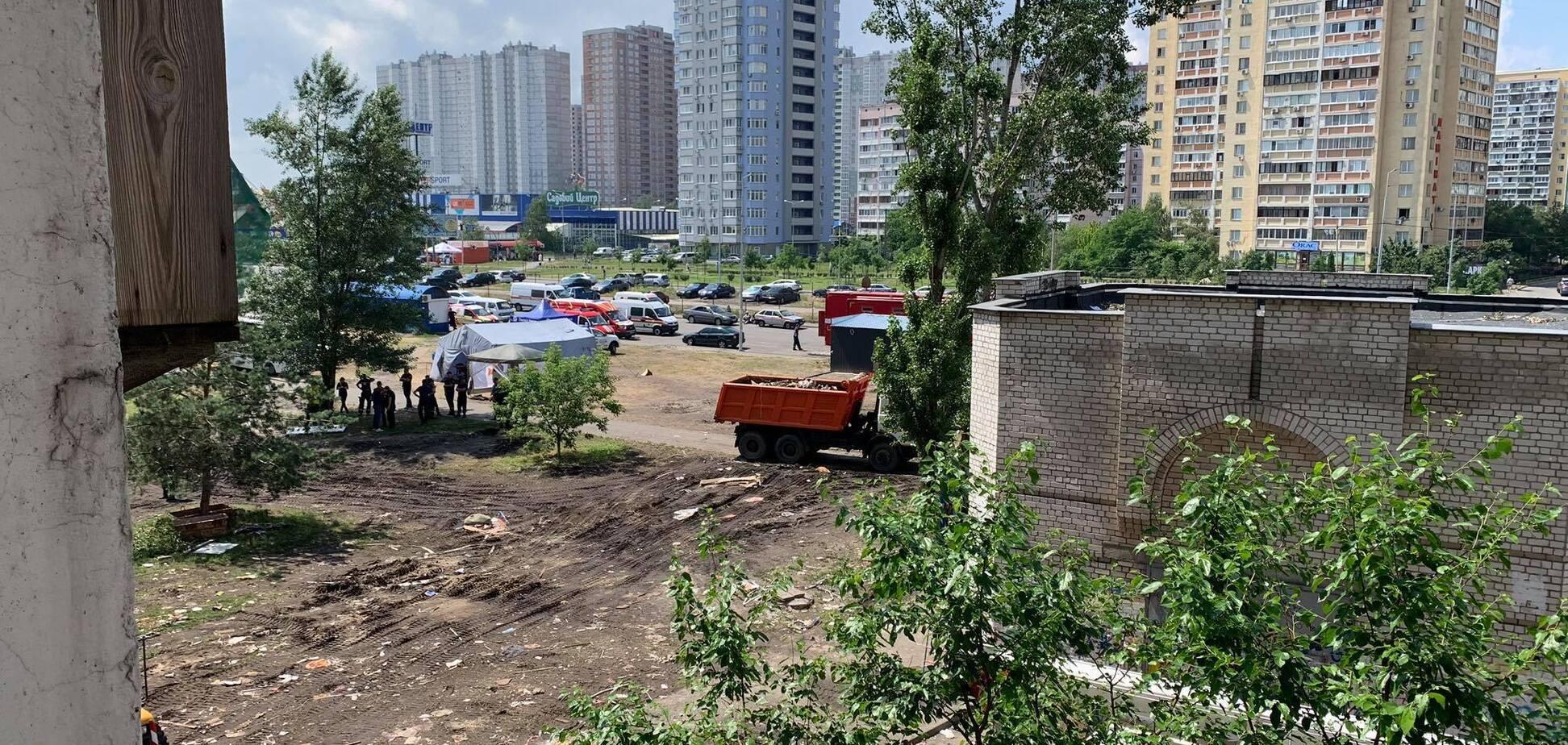 В соседнем со взрывом доме на Позняках в Киеве заметили трещины