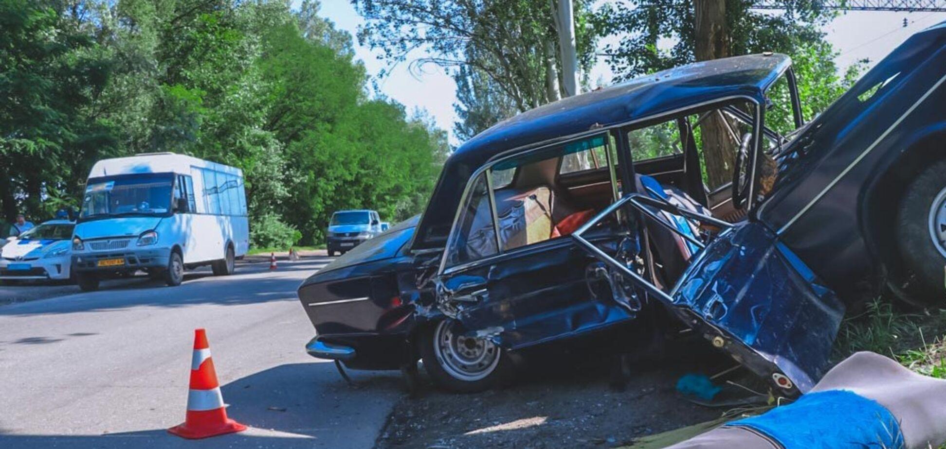 В Днепре авто протаранило маршрутку и влетело в дерево: есть пострадавшие. Фото