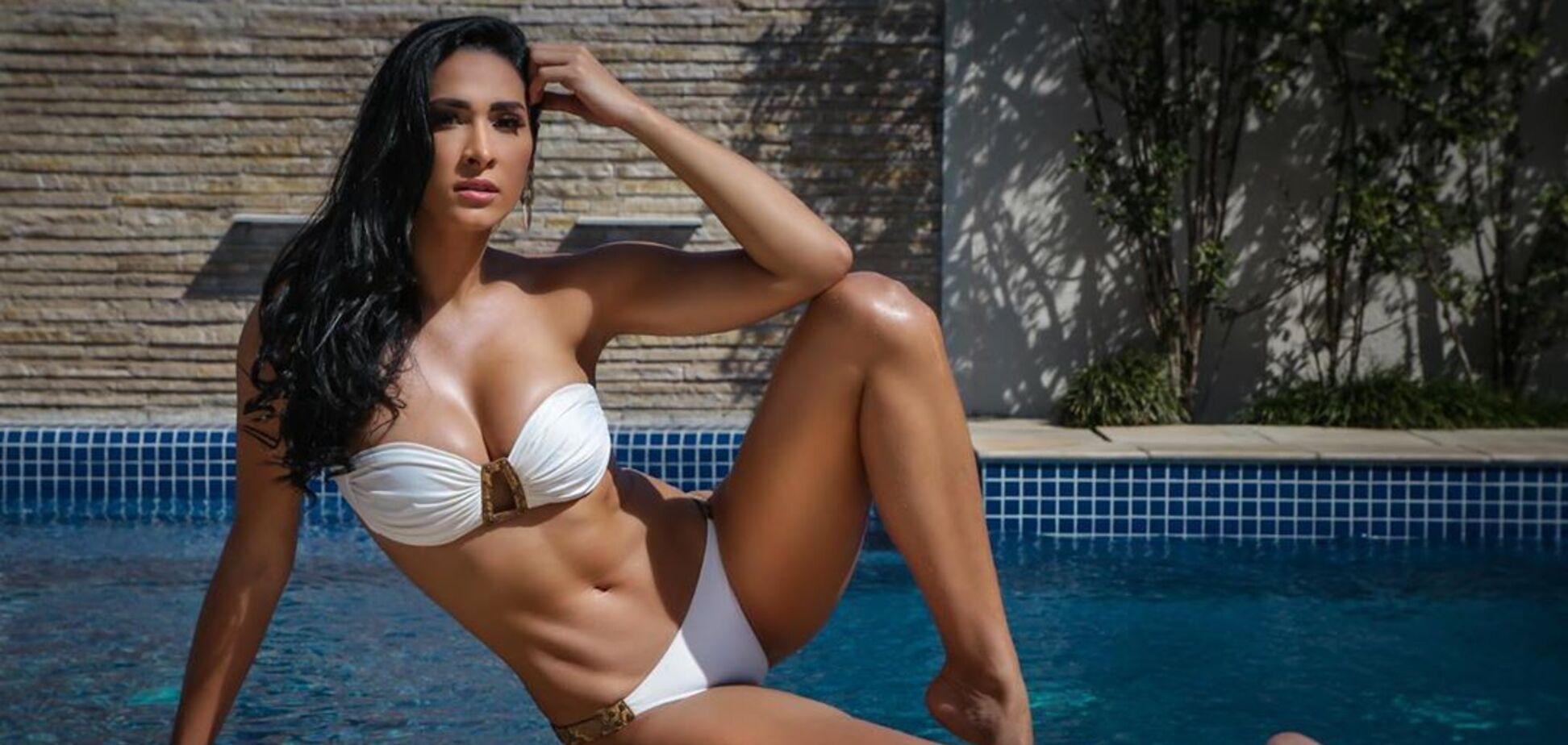 Жаклин Карвалью в белом купальнике