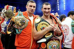 Брати Клички з виграними чемпіонськими поясами
