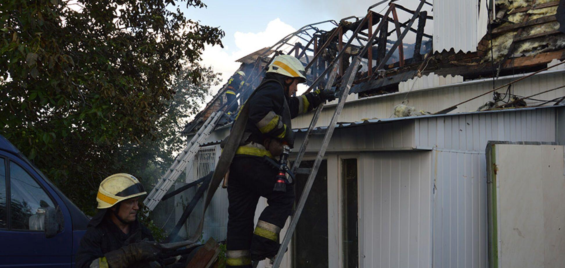 В Днепре пожар едва не уничтожил двухэтажный жилой дом. Фото и видео