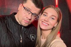 Ведущий Comment Out высказался о разводе Асмус и Харламова: назвал это розыгрышем