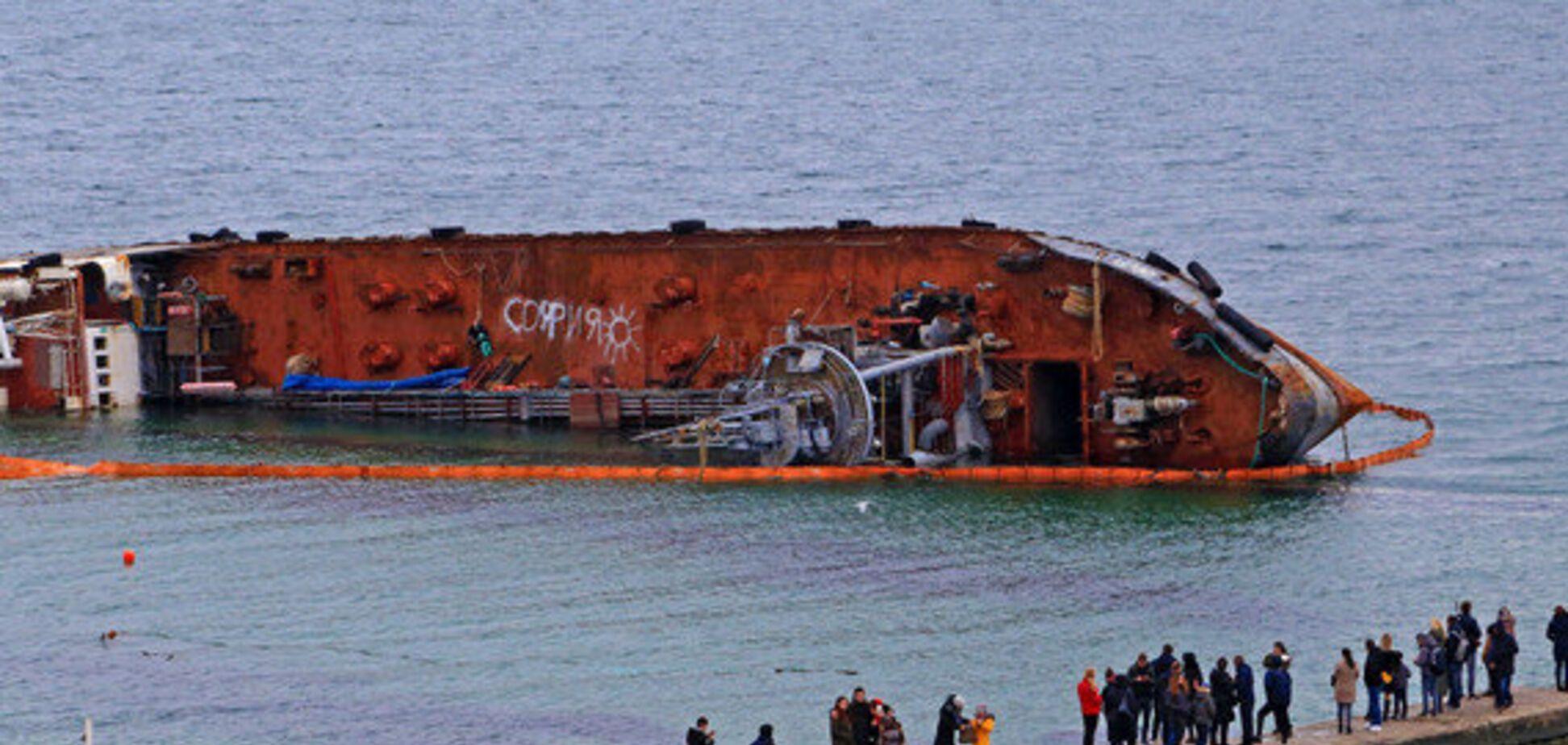 Прибрати аварійний танкер Delfi зобов'язаний його власник, – АМПУ