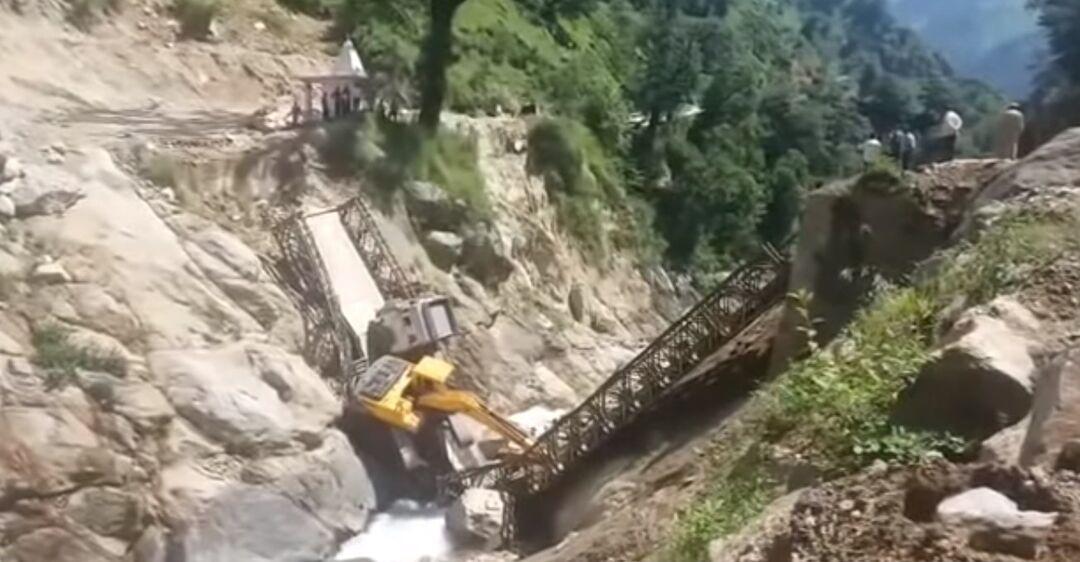 Мост обрушился под весом грузовика, в пропасть упали три человека. Скриншот видео