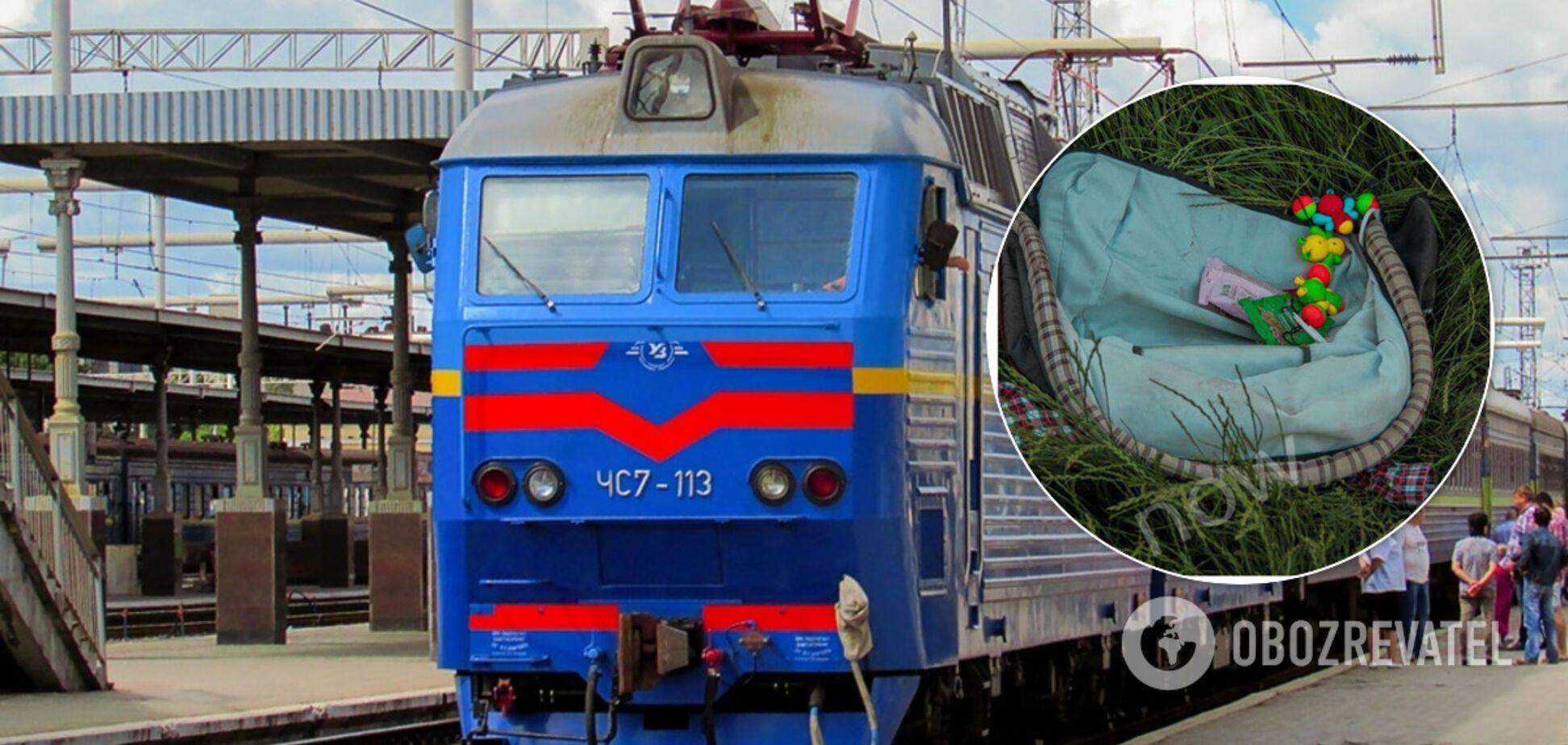 В Днепре поезд сбил коляску с полуторагодовалым ребенком: фото с места ЧП