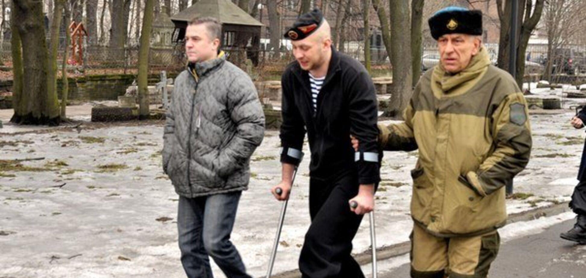Владимир Скопионов на костылях (источник: Новая газета)