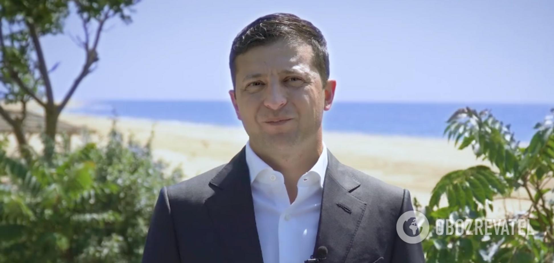 Зеленский на пляже записал видео ко Дню Конституции и пристыдил украинцев