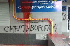 На Донеччині офіс ОПЗЖ залили 'кров'ю' та розписали написами 'Смерть ворогам!'