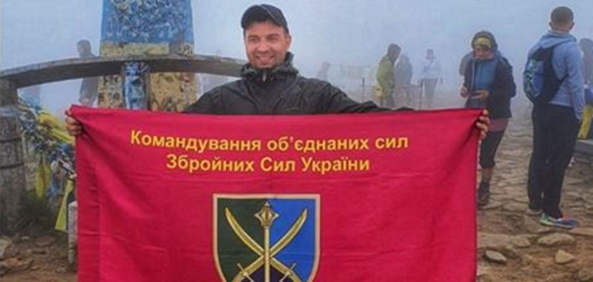 Волонтер Руслан Костюченко с флагом защитников в Карпатах (источник: Facebook Анатолия Штефана)