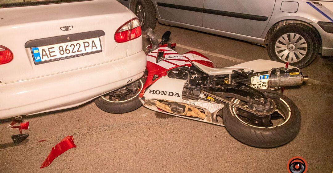 В Днепре на Набережной мотоциклист врезался в Land Rover: есть пострадавший