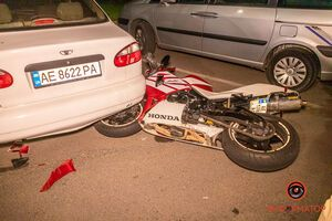 У Дніпрі на Набережній мотоцикліст врізався в Land Rover: є постраждалий