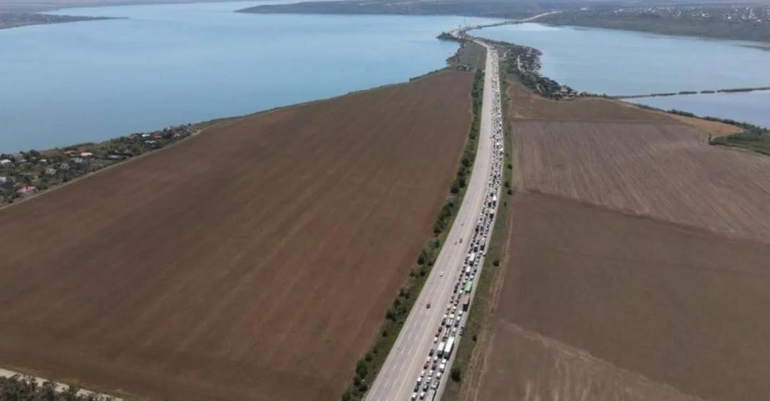 На виїзді з Одеси утворилися величезні затори: авто стояли годинами на дорозі