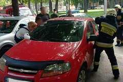 В Днепре спасатели освободили младенца из закрытой машины. Фото