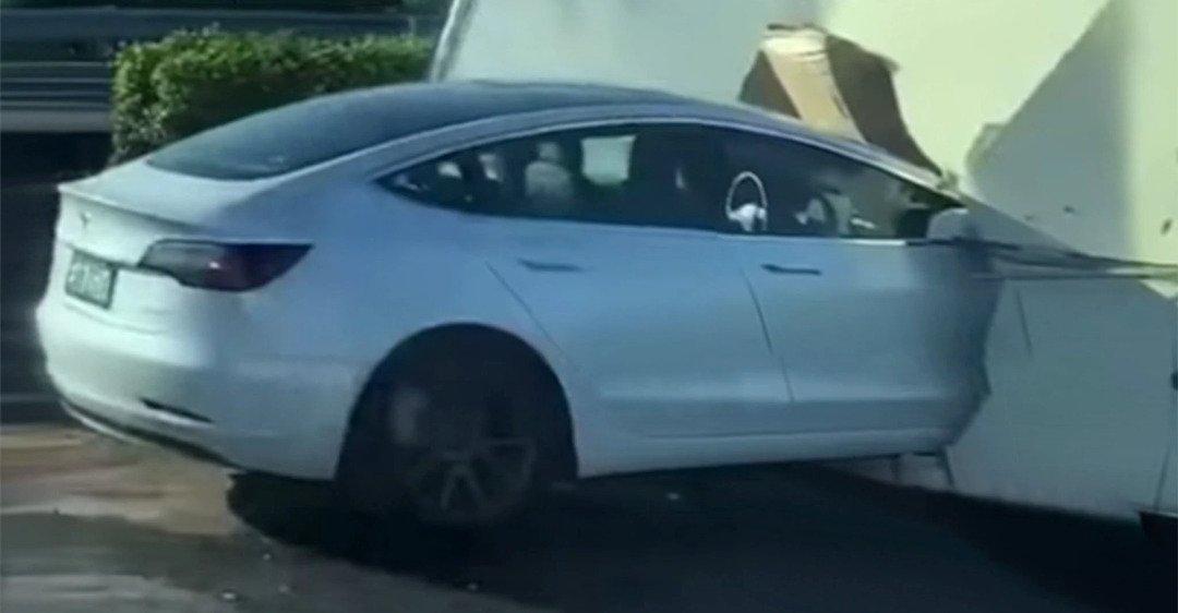 'Самоуничтожение' электромобиля Tesla попало на видео