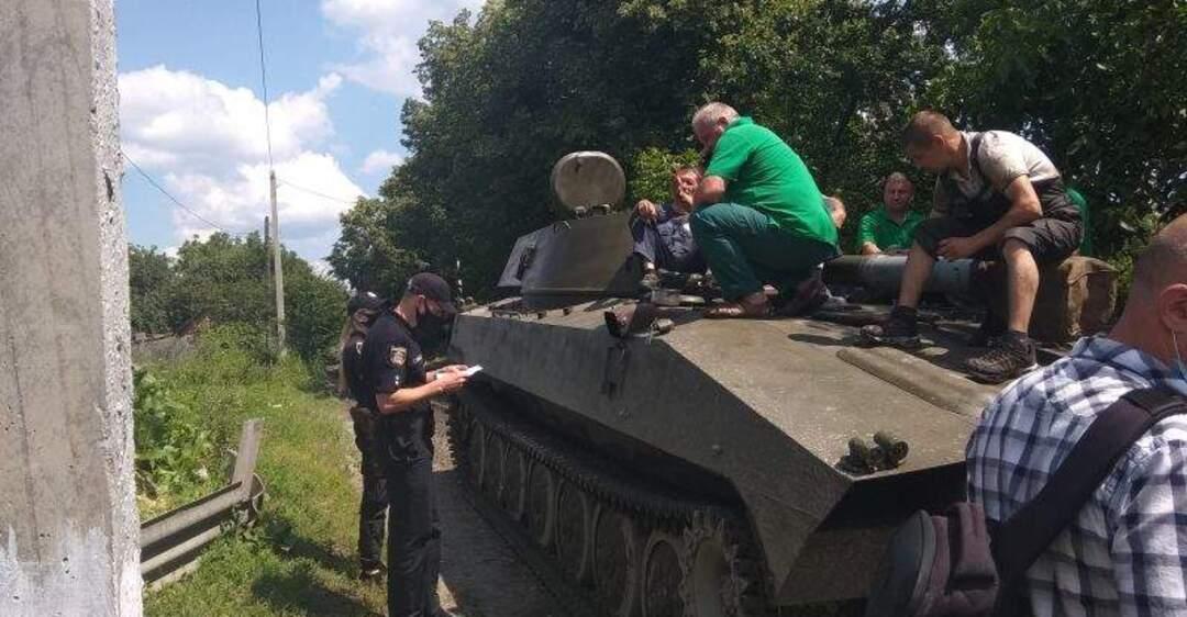 На Хмельнитчине жители заблокировали дорогу технике ВСУ