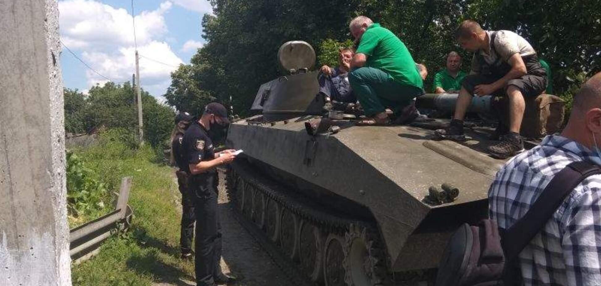 На Хмельниччині мешканці заблокували дорогу техніці ЗСУ