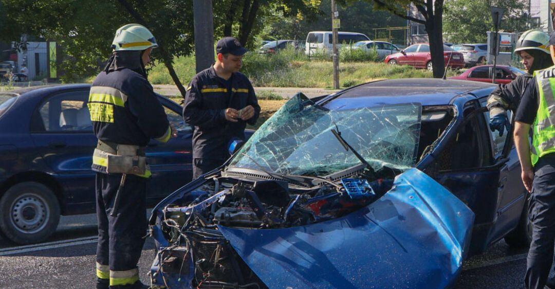 В Днепре женщину выбросило из авто после лобового ДТП. Фото аварии