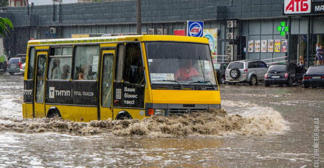 Сильный ливень пролился над Одессой и частично затопил несколько центральных улиц