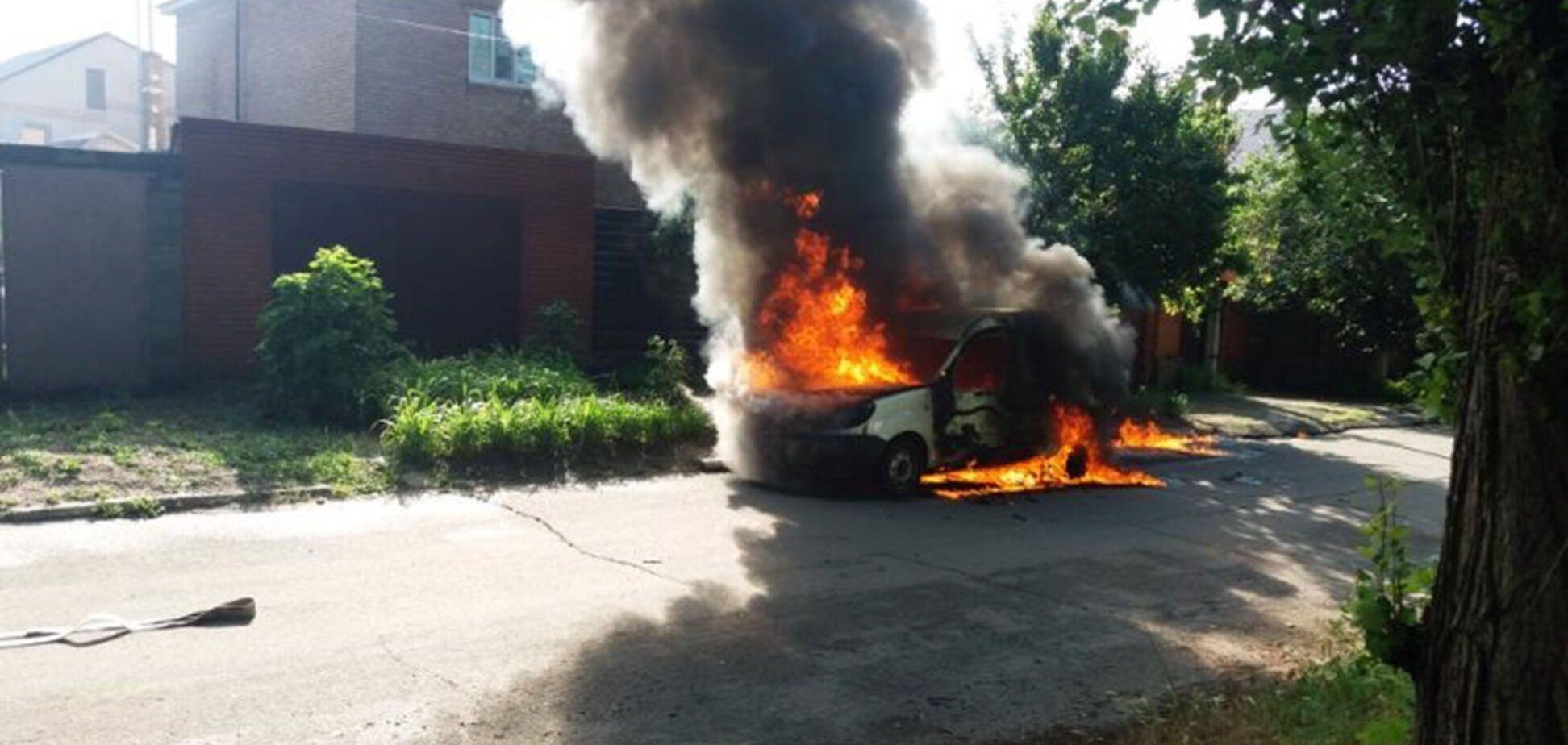На Днепропетровщине мужчина погиб во внезапно вспыхнувшем авто. Фото жуткого ЧП