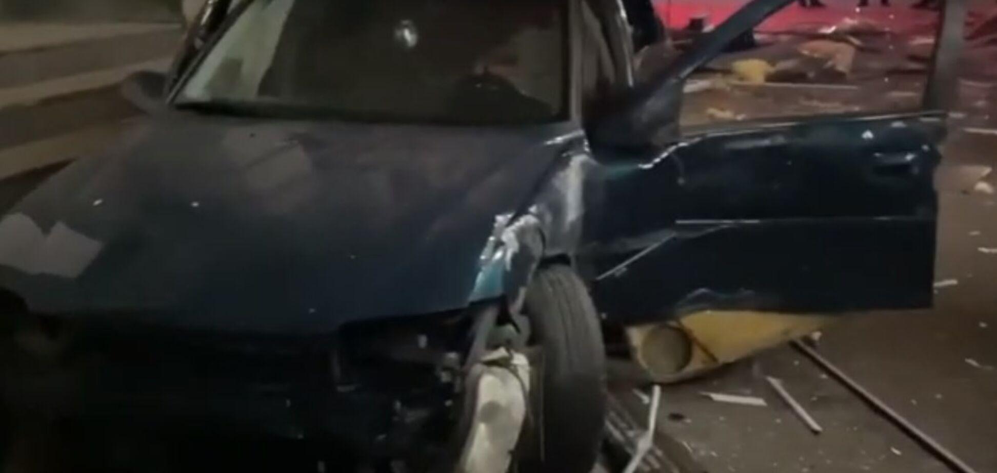 В Киеве авто на еврономерах снесло киоск на тротуаре. Фото и видео