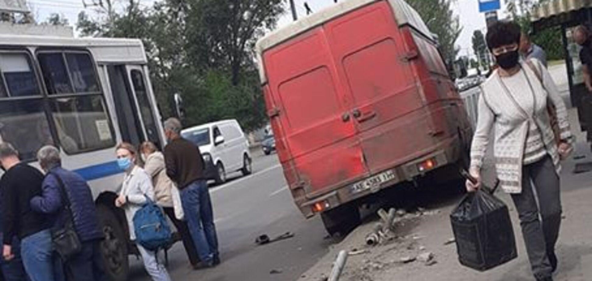В Днепре микроавтобус влетел на остановку: момент аварии попал в сеть