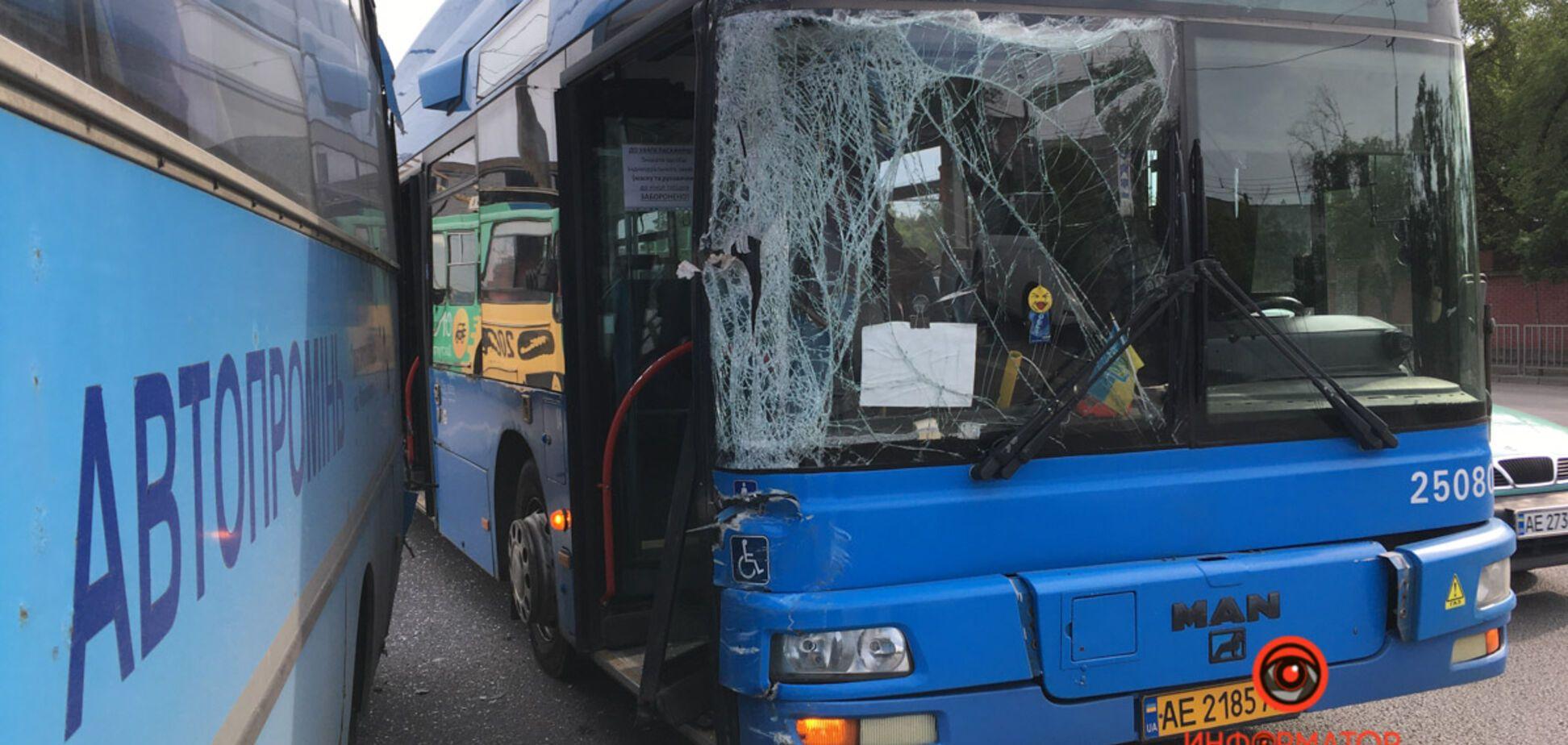 В Днепре автобусы устроили ДТП посреди оживленной дороги. Фото
