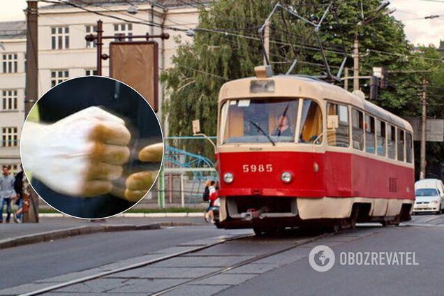 У Києві водія трамваю побили за зауваження про маски. Відео