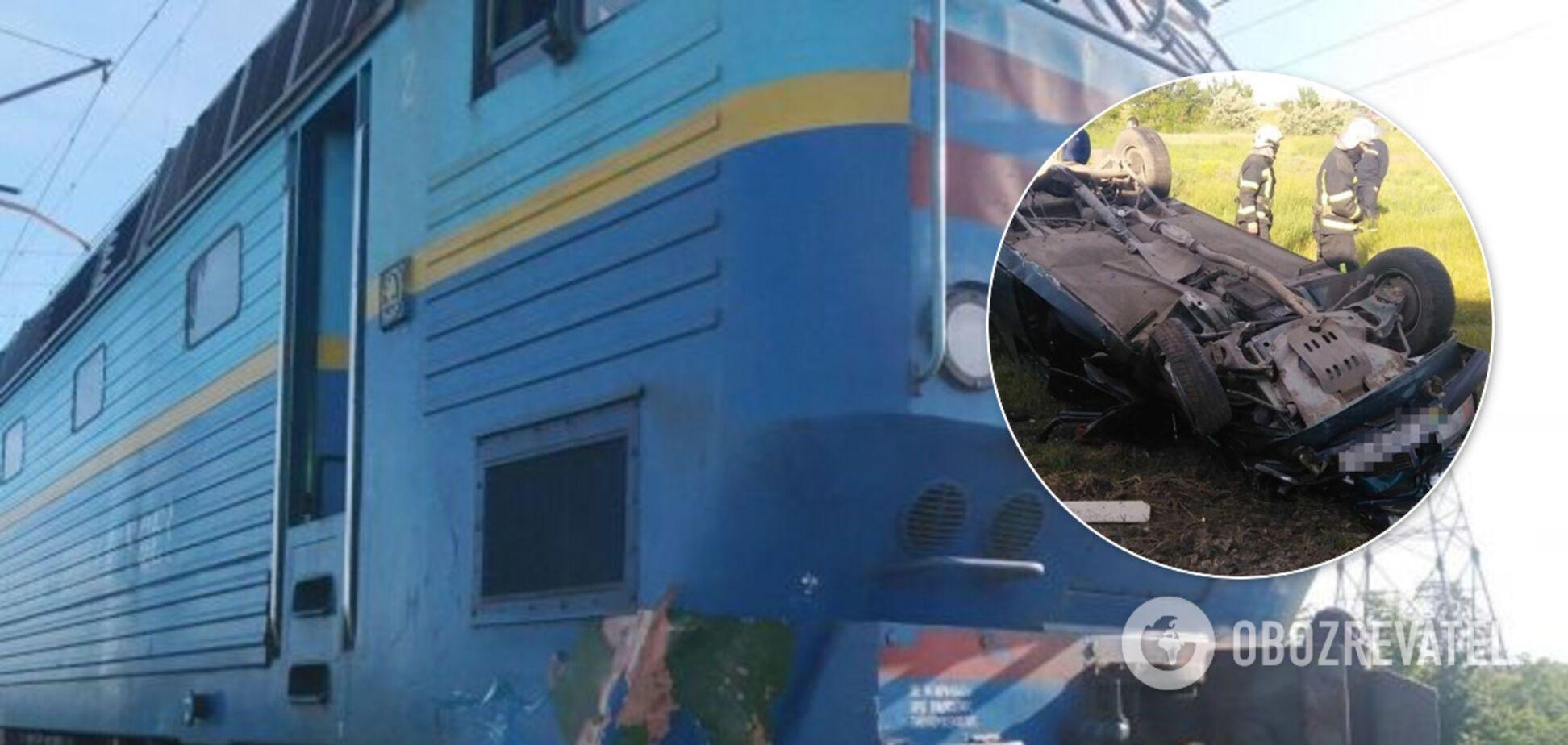 На Запорожье поезд протаранил автомобиль: есть жертвы. Фото