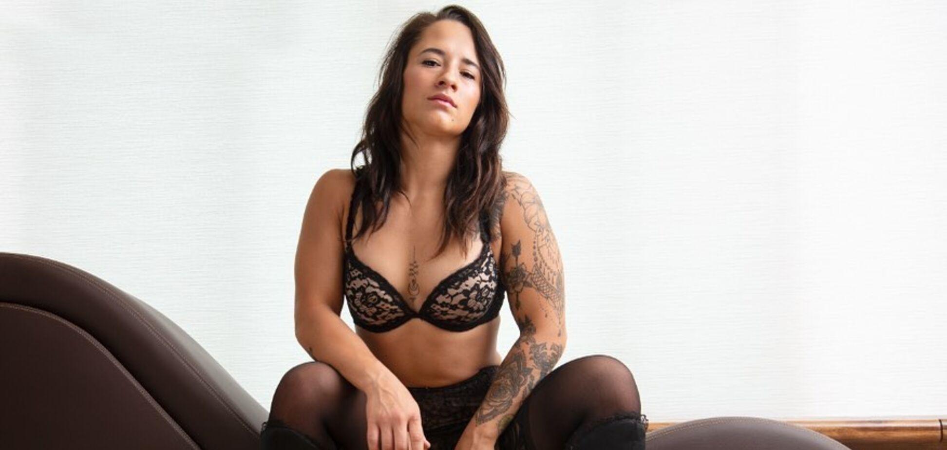 Дівчина-боєць ММА Аліша Заппітелла розкрила кімоно, відкривши оголені груди