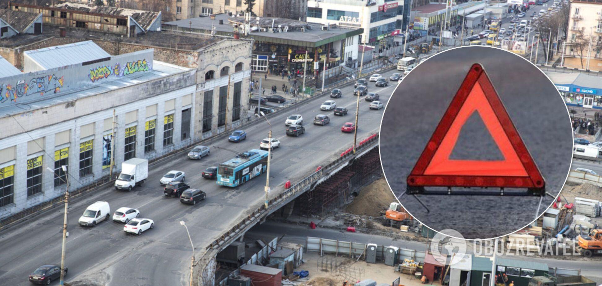 В Киеве авто сбило пешехода на 'зебре': момент ДТП попал на видео