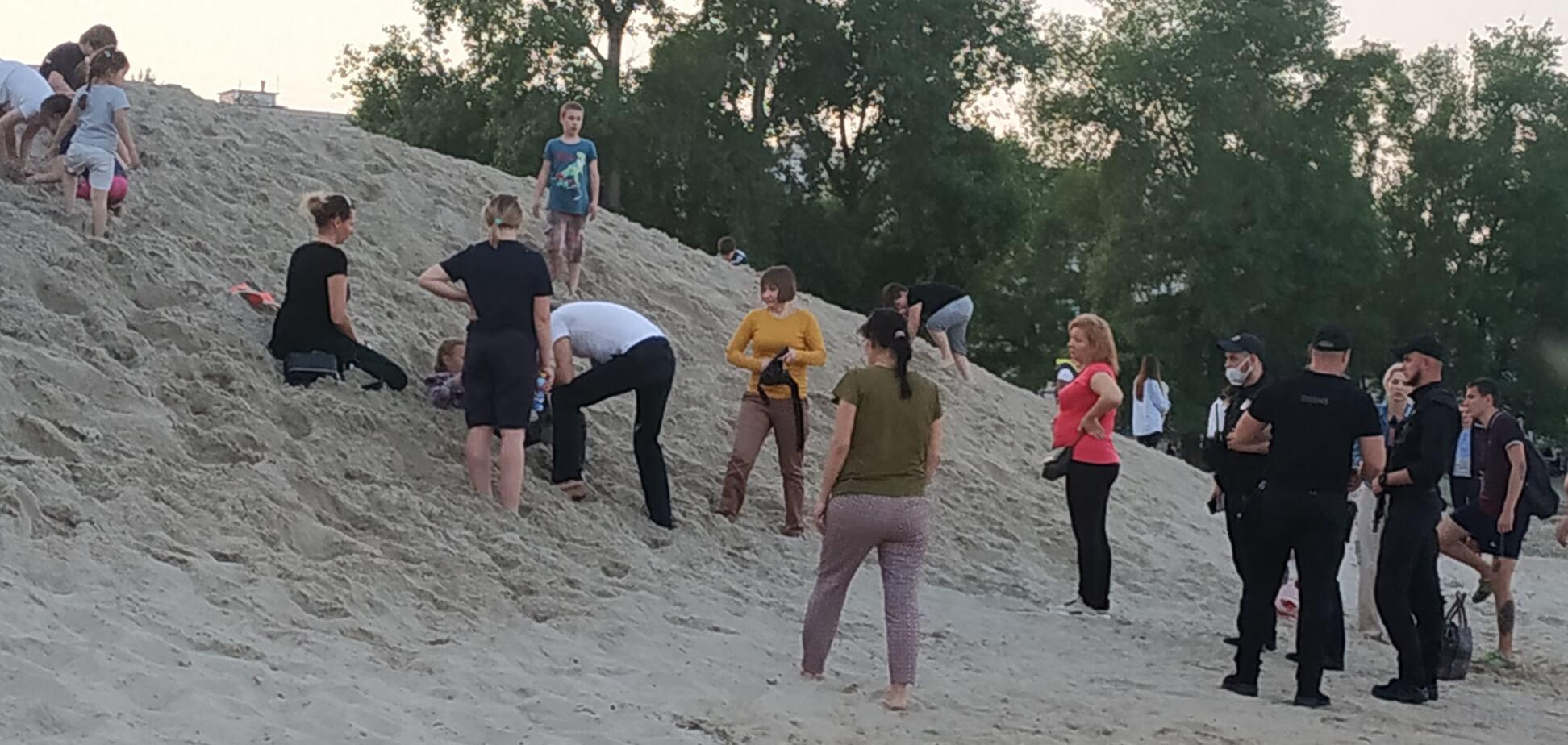 На Оболонській набережній дитини засипало піском
