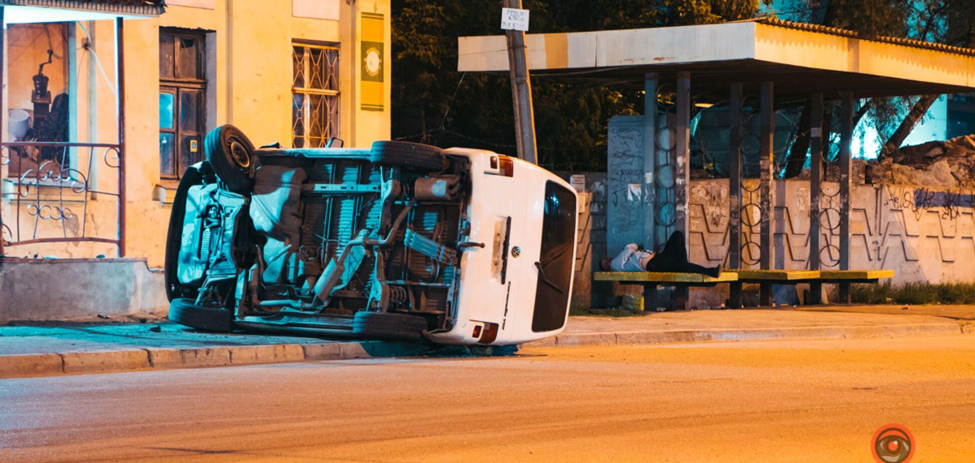 В Днепре автомобиль перевернулся на бок и 'влетел' в магазин. Фото, видео