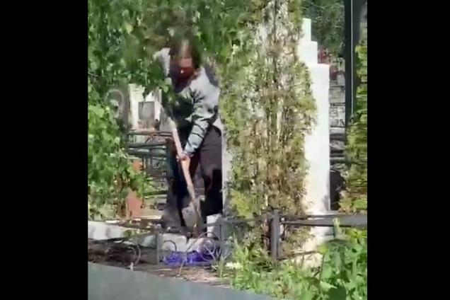 Мужчина раскапывал могилу на кладбище в Кропивницком