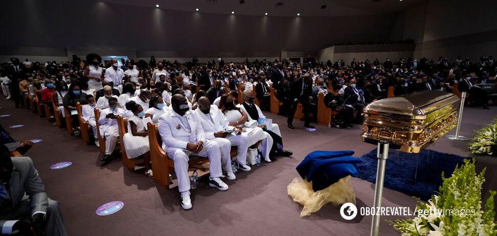 В Хьюстоне сотни людей и звезды пришли на похороны Флойда. Фото и видео